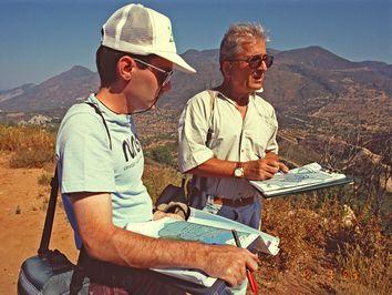 Dr. Prof. Lorenz Hurni und der Geologe Panos Gaitanakis beim Abgleich geografischer Daten auf dem Asprovouni von Methana 1991