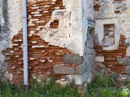 Das Mauerwerk des Hotels Aithra ist an vielen Stellen sehr beschädigt. (c) Tobias Schorr