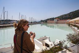 Die Journalistin Alkyone Karamanolis war im Auftrag der Deutschen Welle auf Methana und wir konnten ihr einige interessante Orte auf Methana vorstellen. (c) Tobias Schorr