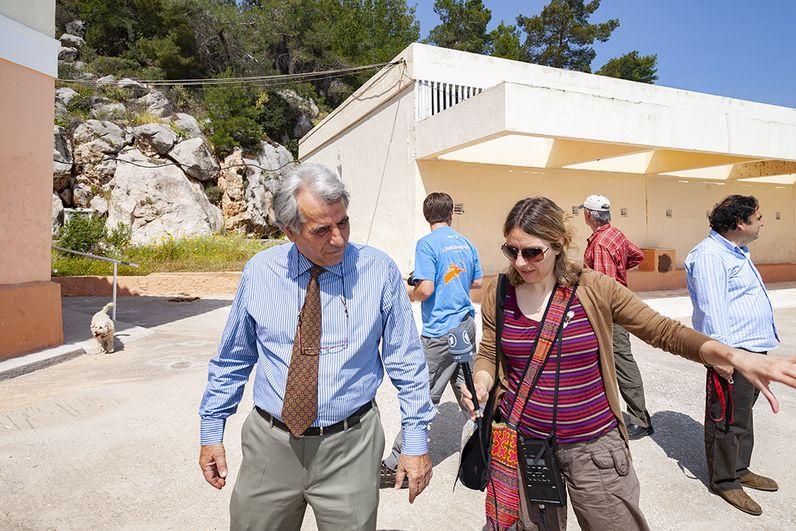 Spyros Papaioannou & die Reporterin Alkyone Karamanolis beim Bericht über die Heilbäder Methanas. (c) Tobias Schorr 2009