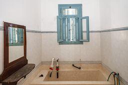 Die einfachen Badewannen, in denen das schwefelhaltige Wasser gegen diverse Krankheiten hilft. (c) Tobias Schorr