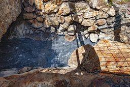 Die schwefelhaltigen Thermalwässer strömen aus Störungen des Kalkgesteins, die eine Verbindung zu Magmakammern haben. (c) Tobias Schorr