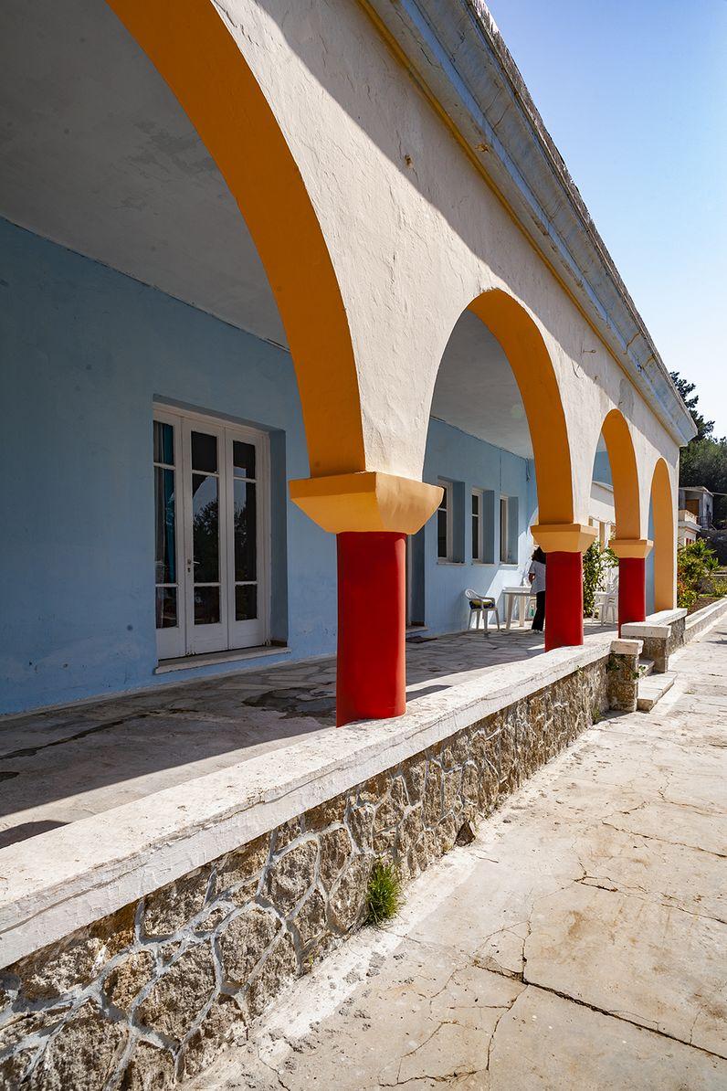 Die Architektur des Heilbads Agios Nikolaos erinnert mit seinen roten Säulen ein wenig an minoische Bauwerke. (c) Tobias Schorr