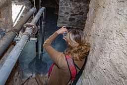 Die Journalistin Alkyone Karamanolis fotografiert die Quelle des Heilbads Agios Nikolaos. (c) Tobias Schorr