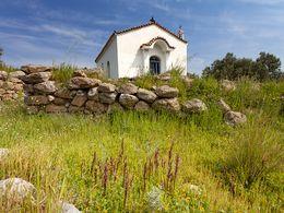 Die Kirche Agios Konstantinos & Elenis, wo man 1990 eine mykenische Siedlung entdeckte.
