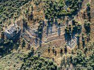 Gesamtübersicht über das Akslepios-Heiligtum, den Hippoöytos-Tempel und die Episkopi-Kirche. (c) Tobias Schorr