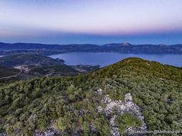 Blick über den Chelona-Gipfel auf den Golf von Epidaurus und die Ostküste der Peloponnes. (c) Tobias Schorr