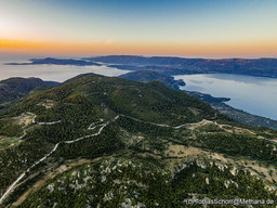 Blick vom Gipfel Profitis Ilias auf das riesige Vulkanmassiv Chelona und die Süd-Küste Methanas. (c) Tobias Schorr