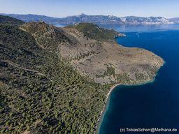 """Blick auf den historischen Lavadom von Osten. In dieser Region werden auch in Zukunft neue Vulkane entstehen. Der untersseische Vulkan """"Pausanias"""" ist nur etwa 1,5 km nördlich von hier bis ins Mittelalter tätig gewesen. (c) Tobias Schorr"""