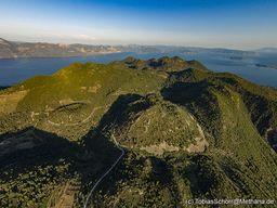 Blick nach Norden auf die zahlreichen Lavadome Methanas. (c) Tobias Schorr