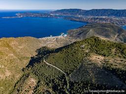 Blick vom Chelona-Gipfel aus in Richtung Süden. Zu sehen ist der Gipfel Guri-Prini, die Stadt Methana, die Nachbarinsel Kalavria & Poros und die Peloponnesküste. (c) Tobias Schorr
