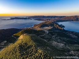 Blick aus der Richtung des Chelona-Gipfels nach Süden. Gut zu sehen ist Methana, Kalavria, Poros und die Peloponnes. (c) Tobias Schorr