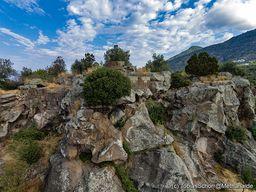 Teile der Mauern der antiken Akropolis Paliokastro. Gut ist der Reste eines Rundturms zu erkennen. (c) Tobias Schorr