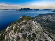 Die kleine Gipfelfestung von Pano Fanari. Im Hintergrund sieht man die Vulkanhalbinsel Methana. (c) Tobias Schorr