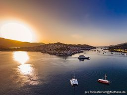 Die Vulkaninsel Poros am frühen Morgen. (c) Tobias Schorr