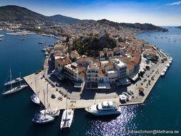 """Die Insel """"Sfäria"""", die mal ein kleiner Vulkan war, beherbergt heute die Stadt Poros. (c) Tobias Schorr"""