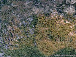 Bis zu den höchsten Gipfeln baute man Terrassenfelder. Die kleine Kapelle ist gerade noch zu erkennen. (c) Tobias Schorr