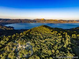 Morgendlicher Blick über den Chelona-Gipfel, der einen pyramidenförmigen Schatten auf dem Golf von Epidaurus hinterläßt. (c) Tobias Schorr