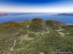 Blick nach Südosten über die Kaldera Stavrolongos auf Methana. (c) Tobias Schorr