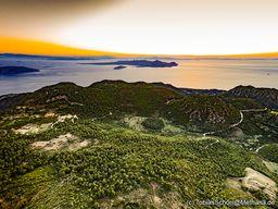 Sonnenaufgang über der Insel Ägina mit herrlichem Blick auf das Kratertal Stavrolongos der Halbinsel Methana. (c) Tobias Schorr