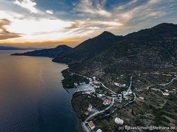 Sonnenuntergang über der Küste bei Epidaurus. Unten liegt der Hafen Vathy. (c) Tobias Schorr