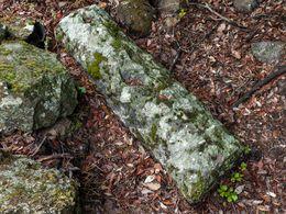 Antiker Säulenrest aus den Bergen Methanas