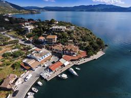 Luftbild der Tavernen im Hafen Vathy
