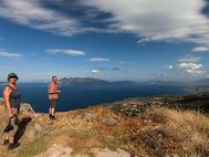 Angelika & Thomas vor der Kulisse der Halbinsel Methana