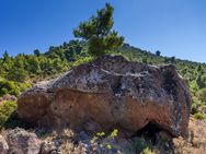 """Dieser Fels birgt vermutlich eine prähistorische """"Wohnung"""" oder ein Heiligtum."""