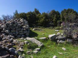 Uralte Mauern, die aus den Resten eines antiken Heiligtums bestehen, das hier mal stand. (c) Tobias Schorr