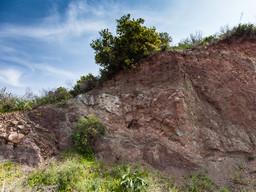 Aufschluss mit alten Sedimenten den Triaszeit mit Einschlüssen von Ophiolith. (c) Tobias Schorr