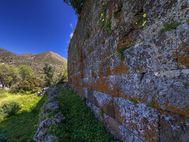 Hier erkennt man, wie präzise die antike Mauer der Akropolis angefertig wurde. (c) Tobias Schorr