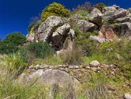 Auffällig runder (Mühl-)Stein am Westende der Akropolis im Garten der Taverne (c) Tobias Schorr