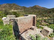 Runde Quadersteine, die zu einem der Wachtürme gehörten und dann in einer frühchristlichen Kapelle verwendet wurden. (c) Tobias Schorr