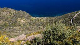 Blick auf die Thiafi-Bucht mit den vulkanischen Mofetten udn dem römischen Bad. (c) Tobias Schorr