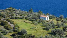 Blick auf die Kapelle Agios Konstantinos & Elenis mit der mykenischen Ausgrabung. (c) Tobias Schorr