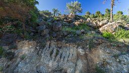 Am Anfang des Wegs befindet sich dieser geologische Aufschluß mit vulkanischem Bims. (c) Tobias Schorr