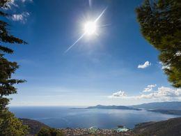 Blick aus den Bergen auf die kleine Bäderstadt Methana un den Saronischen Golf
