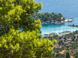 Aussicht von der Kapelle Agios Panteleimonas auf das Inselchen Nisaki bei Methana