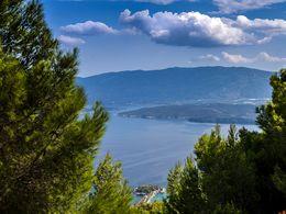 Im Hintergrund kann man die Ostküste der Peloponnes erkennen.