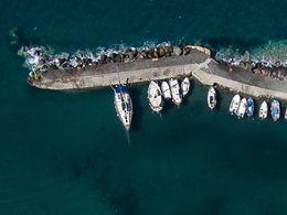 Die deutschen Besatzer hinterließen ein Zementschiff, das nun als Hafenquai dient