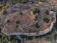 Gut ist das kleine, antike Gebäude auf der Hochfläche zu erkennen. (c) Tobias Schorr