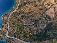 Aus der Luft sind gut die Terrassenfelder und das Plateau der Akropolis Oga zu erkennen. Was sich hier noch alles im Boden verbirgt? (c) Tobias Schorr