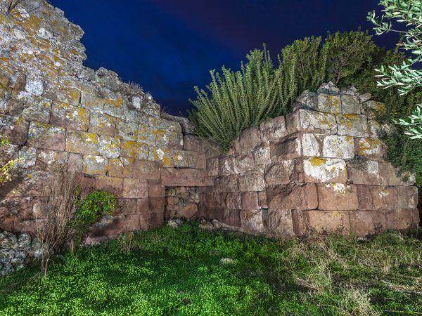 Der Eingangsbereich der Akropolis Paliokastro birgt einige Überraschungen, die nur das aufmerksame Auge vor Ort entdeckt. (c) Tobias Schorr