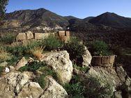 Blick auf die Ruine der Kapelle und dem runden Wehrturm auf der Akropolis Paliokastro (c) Tobias Schorr