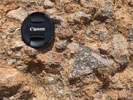 Detailaufnahme vom Dazit im Material des pyroklastischen Glutstroms. Der 72mm-Kameradeckel zum Größenvergleich. (c) Tobias Schorr