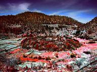 Im April 1987 machte ich meine erste Wanderung in das zentrale Berggebiet von Methana. Das Tal des Stavrolongos war wohl im Sommer zuvor abgebrannt und so konnte ich mit dem Kodak Infrarot Diafilm ganz besonders unwirkliche Fotos machen. (c) Tobias Schorr