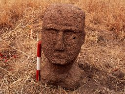 Front view of the stone head. (c) Tobias Schorr