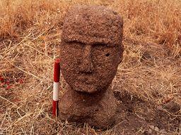 Οι ακριβείς μετρήσεις ελήφθησαν όταν παραδόθηκε το πέτρινο κεφάλι στην αρχαιολόγο Ελένη Κωνσταντάκη-Γιαννοπούλου. (γ) Tobias Schorr 1996