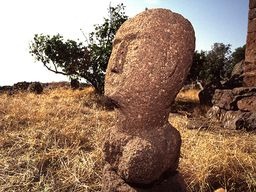 """Is the stone head """"old"""" or folk art from the 19th century? (c) Tobias Schorr 1996"""
